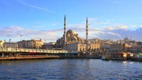 Galata bro och Yeni Mosque Arkivbilder