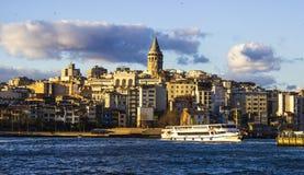 Galata torn, Istanbul Turkiet mars 2019, blå himmel och moln, Cityscape, vår Tid royaltyfri fotografi