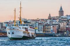 Galata wierza i Galata most z steamship lub steamboat przy nocy sceną na Złotym rogu Eminonu który jest sławnym regionem turystyc obrazy stock