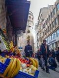 Galata wierza, ludzie & badylarka w Istanbuł fotografia royalty free