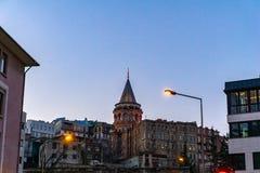Galata wierza mi?dzy budynkami Karakoy okr?g istanbul zdjęcia stock