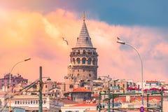 Galatatoren bij zonsondergang in Istanboel, Turkije stock fotografie