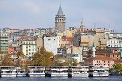 Galatatoren en schepen bij Karakoy-pijler in Istanboel, Turkije Stock Afbeeldingen