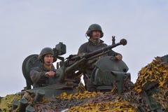 GALATI,罗马尼亚- 10月8 :与12的罗马军事 7mm口径 免版税库存图片