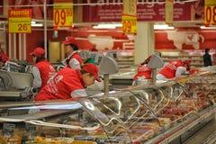 GALATI,罗马尼亚- 4月04 :在大型超级市场欧尚盛大o的照片 免版税库存照片
