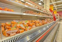 GALATI,罗马尼亚- 4月04 :在大型超级市场欧尚盛大o的照片 库存照片