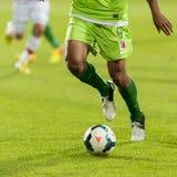 GALATI, ROUMANIE - 30 SEPTEMBRE : Les joueurs de football inconnus exécutent Image libre de droits