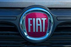 GALATI, RUMANIA - 2 DE SEPTIEMBRE DE 2017: Logotipo de Fiat en la exposición 2017 del salón de la caravana el 2 de septiembre de  foto de archivo