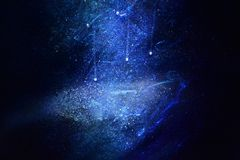 Galaxbakgrund, strilar vitt damm på mörkt - blå bakgrund vektor illustrationer