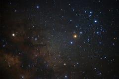 Galaxen för den mjölkaktiga vägen med stjärnor och utrymme dammar av i universumet arkivfoton