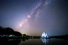 Galaxen och byggnaden formas som en vit lotusblomma i mitt av floden royaltyfri bild