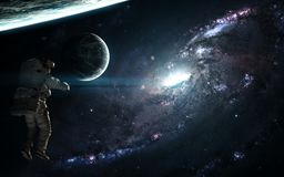 Galaxia, astronauta y exoplanets azules en espacio profundo Ciencia ficción abstracta Los elementos de la imagen fueron suministr fotos de archivo