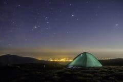 Galaxia de la vía láctea de Kemping Estrellas púrpuras del cielo nocturno sobre las montañas Foto de archivo libre de regalías