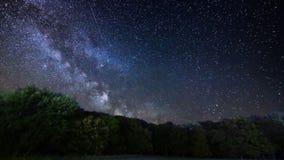 Galaxia de la vía láctea en la noche Lapso de tiempo de la lluvia de meteoritos metrajes