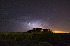Galaxia de la vía láctea que sube sobre las montañas de la superstición fotos de archivo