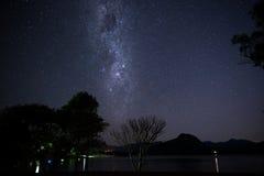 Galaxia sobre las montañas Fotos de archivo