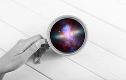 Galaxie dans la tasse photo libre de droits