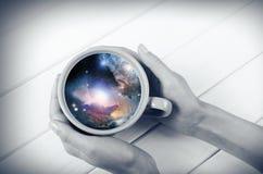 Galaxie dans la tasse photos stock