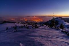 Galaxie de manière laiteuse Étoiles pourpres de ciel nocturne au-dessus des montagnes Photo stock