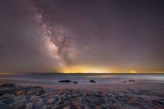 Galaxie de manière laiteuse au-dessus de l'océan chez Cape May Photographie stock