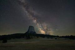 Galaxie de manière laiteuse au-dessus de tour de diables Photo libre de droits