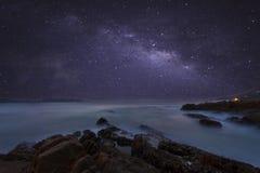 Galaxie de manière laiteuse avec la longue exposition de beau paysage marin image stock
