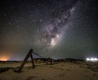Galaxie de manière laiteuse pendant la nuit étoilée dans le sanddune photo libre de droits