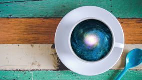 Galaxie in der Kaffeetasse Stockbild