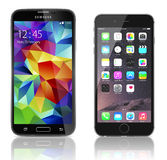 Galaxie S5 de Samsung contre l'iPhone 6 d'Apple Photographie stock libre de droits
