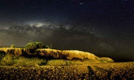 Galaxie sur le dessus de la montagne image stock