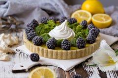 Galdéria caseiro deliciosa do limão Torta na tabela branca rústica Galdéria com amora-preta e merengue Fotos de Stock