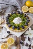 Galdéria caseiro deliciosa do limão Torta na tabela branca rústica Galdéria com amora-preta e merengue Imagens de Stock Royalty Free