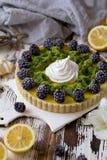 Galdéria caseiro deliciosa do limão Torta na tabela branca rústica Galdéria com amora-preta e merengue Fotografia de Stock Royalty Free