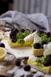 Galdéria caseiro deliciosa do limão Torta na tabela branca rústica Galdéria com amora-preta e merengue Foto de Stock