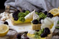 Galdéria caseiro deliciosa do limão Torta na tabela branca rústica Galdéria com amora-preta e merengue Fotografia de Stock