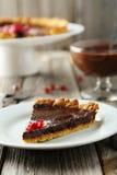Galdéria caseiro do chocolate com romã em um fundo de madeira cinzento Imagens de Stock