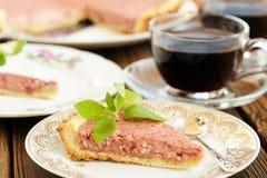 A galdéria da morango com dois cortou partes decorado com a hortelã fresca Imagens de Stock
