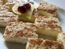 A galdéria deliciosa do leite esquadra com a canela na parte superior fotografia de stock royalty free