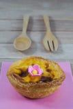 Galdéria do ovo com o utensílio no fundo de madeira fotografia de stock royalty free