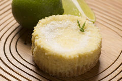galdéria e hortelã verdes do limão no fundo de madeira imagem de stock