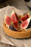 Galdéria ou torta fresca com figos, creme e hortelã Imagem de Stock Royalty Free