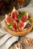 Galdéria ou torta fresca com figos, creme e hortelã Foto de Stock