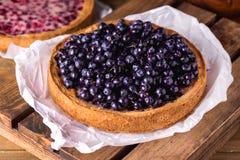 Galdéria saboroso caseiro da torta de mirtilo decorada com Berry Dessert Wooden Background maduro foto de stock