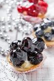 Galdérias do fruto com bagas e morango no fim claro do fundo acima Sobremesa e barra de chocolate deliciosas Imagens de Stock Royalty Free