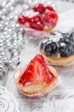 Galdérias do fruto com bagas e morango no fim claro do fundo acima Sobremesa e barra de chocolate deliciosas Imagens de Stock