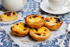 Gald?ria do ovo, sobremesa portuguesa tradicional, cor pastel de nata em um papel de pergaminho Fundo para um cart?o do convite o imagens de stock royalty free