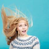 Galen blond kvinna med windblown blont hår arkivfoto