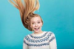 Galen blond kvinna med windblown blont hår royaltyfri foto