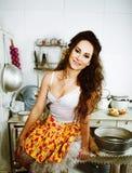 Galen hemmafru för verklig kvinna på kök som äter perfoming, bizareflicka royaltyfri bild