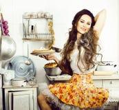 Galen hemmafru för verklig kvinna på kök som äter perfoming, bizareflicka royaltyfri foto